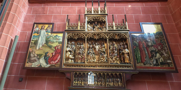 On the pillars of the crossing, as well as in some bays of the transept, are altar shrines assembled by the priest and art collector E.F.A. Muenzenberger | St. Bartholomew's Imperial Cathedral in Frankfurt